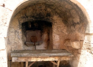 Ancient pizza oven!  Well: not really.  Pizzas did not exist 500 years ago, but this cave oven was used for bread.