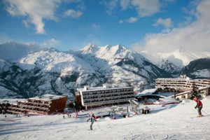 Arcadien Hotel in Les Arcs 1650 is in the middle of the skiing and will provide us with breakfast and dinner daily as well as a 6 day ski pass.