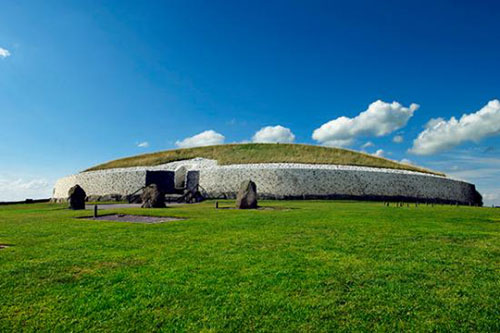 Newgrange is one of the most ancient tombs and season markers in the world. It is one of Ireland's treasures and we will do a guided visit to this monument.